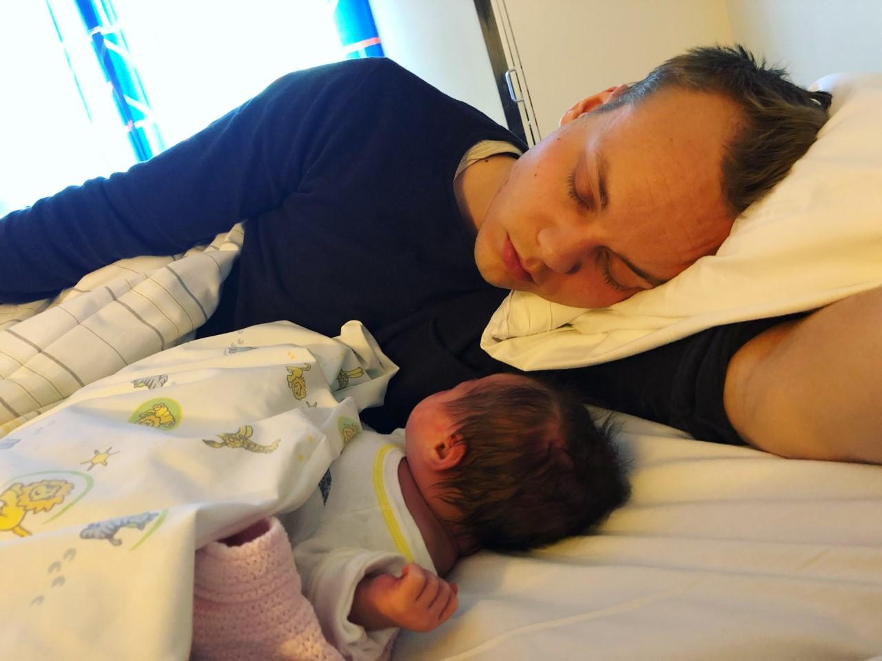 Bilde av Tor som sover med sitt nyfødte barn